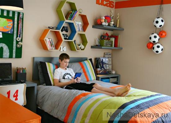 Мальчик 10 лет в своей комнате