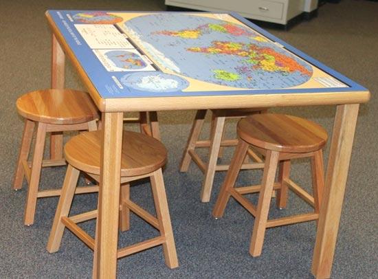 Столик с картой на рабочей поверхности