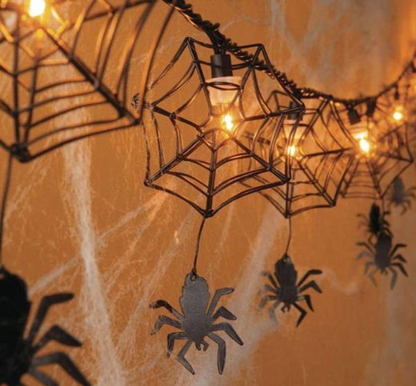 Гирлянда из лампочек с паутинками
