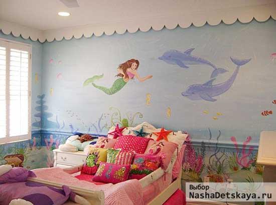 Светлая комната с дельфинами и русалками на стене