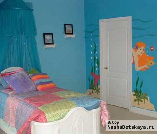 Голубые стены в маленькой комнате